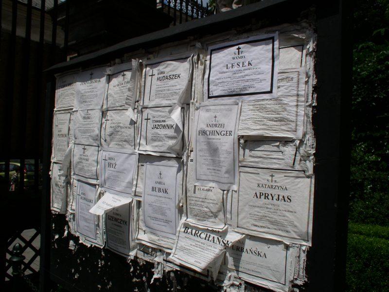 Imagen de esquelas en la puerta de una iglesia.